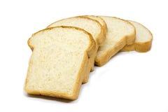 Pokrojonego chlebowego bochenka biały chleb na białym tle Obrazy Stock