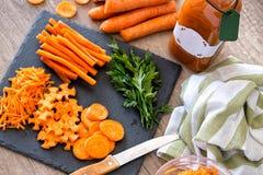 Pokrojonej odżywki organicznie surowy marchwiany odgórny widok obraz royalty free