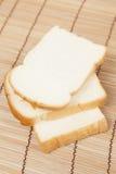 Pokrojony †‹â€ ‹chleb na drewnianym talerzu Obraz Royalty Free