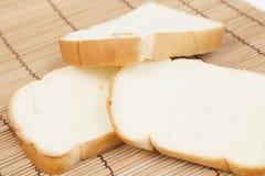 Pokrojony †‹â€ ‹chleb na drewnianym talerzu Zdjęcie Royalty Free