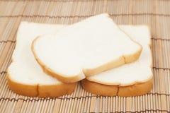 Pokrojony †‹â€ ‹chleb na drewnianym talerzu Fotografia Stock