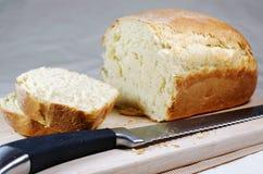 Pokrojony, świeżo piec bochenek chleb. Obrazy Royalty Free