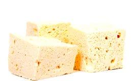 Pokrojony świeży biały ser od krowy ` s mleka na białym tle obraz stock