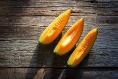 Pokrojony świeży słodki melon na drewnianej desce Orang tekstura i juic zdjęcia stock