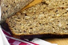 Pokrojony żyto chleb na tnącej desce Całość Zbożowego żyto chleba z ziarnami Wyśmienicie cały zbożowy chleb fotografia royalty free