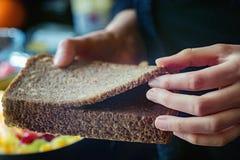 Pokrojony żyto chleb w kobiet rękach Obraz Stock