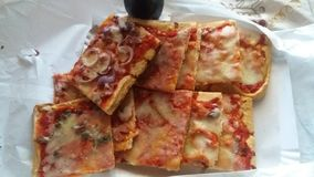 pokrojony ‹mieszająca †‹â€ pizza gotowa w stole jeść zdjęcie royalty free