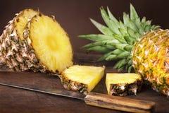 Pokrojony ananas na drewnie fotografia stock