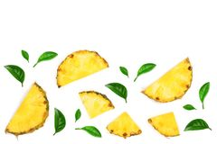 Pokrojony ananas z zieleń liśćmi odizolowywającymi na białym tle z kopii przestrzenią dla twój teksta Odgórny widok zdjęcie royalty free