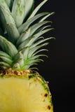 Pokrojony ananasowy owoc zakończenie up, czarny tło Zdjęcia Stock