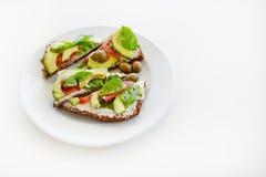 Pokrojony avocado na grzanka chlebie Obrazy Stock