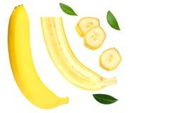 pokrojony banan z zieleń liśćmi odizolowywającymi na białym tle Odgórny widok fotografia royalty free