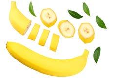 pokrojony banan z zieleń liśćmi odizolowywającymi na białym tle Odgórny widok zdjęcia royalty free