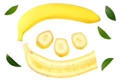 pokrojony banan z ziele? li??mi odizolowywaj?cymi na bia?ym tle Odg?rny widok zdjęcia royalty free