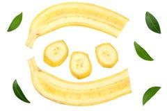 pokrojony banan z ziele? li??mi odizolowywaj?cymi na bia?ym tle Odg?rny widok fotografia royalty free
