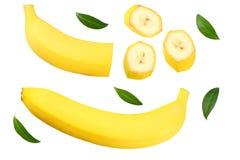 pokrojony banan z ziele? li??mi odizolowywaj?cymi na bia?ym tle Odg?rny widok obrazy royalty free