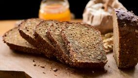 Pokrojony bochenek żyto chleb z słonecznikowymi ziarnami zbiory