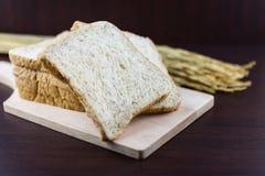Pokrojony Całej banatki chleb na ciapania drewnie Fotografia Royalty Free