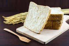 Pokrojony Całej banatki chleb na ciapania drewnie Fotografia Stock
