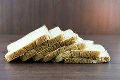 Pokrojony Całej banatki chleb na drewno stole Zdjęcie Stock