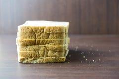 Pokrojony Całej banatki chleb na drewno stole Obraz Stock
