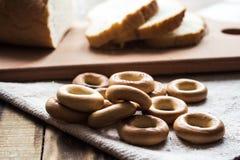 Pokrojony chleb i bagels na drewnianym tle Obrazy Royalty Free