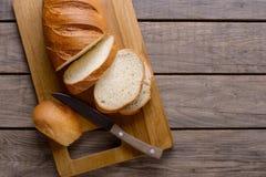 Pokrojony chleb na drewnianym stole obrazy royalty free
