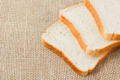 Pokrojony chleb na grabić Zdjęcia Royalty Free