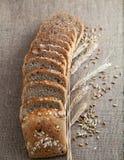 Pokrojony chleb z adra i ucho nad brezentowym burlap tłem Obraz Royalty Free