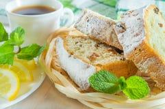 Pokrojony ciastko tort, fili?anka herbata, cytryna plasterki i nowi li?cie, Wy?mienicie deser lub ?niadanie fotografia stock