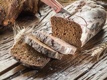 Pokrojony czarny chleb na drewnianej desce obraz stock