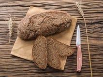 Pokrojony czarny chleb na drewnianej desce zdjęcia royalty free