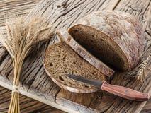 Pokrojony czarny chleb na drewnianej desce zdjęcie stock