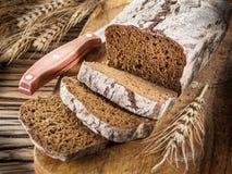 Pokrojony czarny chleb na drewnianej desce zdjęcia stock