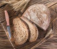 Pokrojony czarny chleb na drewnianej desce obraz royalty free