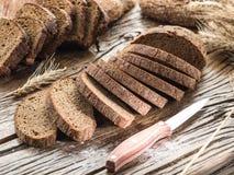Pokrojony czarny chleb na drewnianej desce obrazy stock