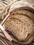Pokrojony czarny chleb na drewnianej desce fotografia royalty free