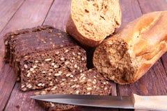 Pokrojony czarny chleb na starej drewnianej desce Obrazy Stock