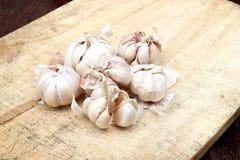 Pokrojony czosnek, czosnku goździkowy, czosnek żarówka na ciapanie bloku Fotografia Stock
