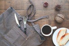 Pokrojony domowej roboty chleb z kawą na drewno stole Obraz Royalty Free