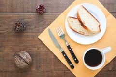 Pokrojony domowej roboty chleb z kawą na drewno stole Fotografia Royalty Free