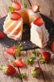 Pokrojony funta tort z świeżą mennicą i truskawki zakończeniem ver Zdjęcia Stock