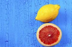 Pokrojony grapefruitowy i cytryna na błękitnym tle z craquelures Zdjęcie Stock