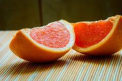 Pokrojony Grapefruitowy i winogrona przygotowywający być serwerem Zdjęcia Stock