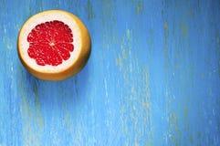 Pokrojony grapefruitowy na błękitnym tle Obrazy Stock