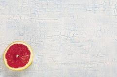 Pokrojony grapefruitowy na białym tle z craquelures Fotografia Royalty Free