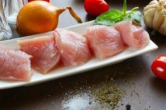 Pokrojony indyczy mięso i warzywa na stołach Zdjęcie Stock