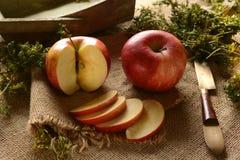 Pokrojony jabłko na jutowej kanwie obraz stock