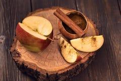 Pokrojony jabłko i cynamon Obrazy Royalty Free