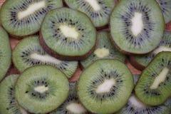 Pokrojony kiwi owoc tła zakończenie up obrazy royalty free